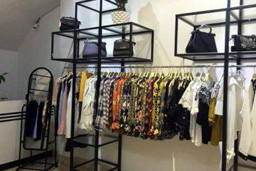 mau gia ke shop1 360x240 - Các mẫu kệ treo quần áo shop đáng đồng tiền bát gạo nhất